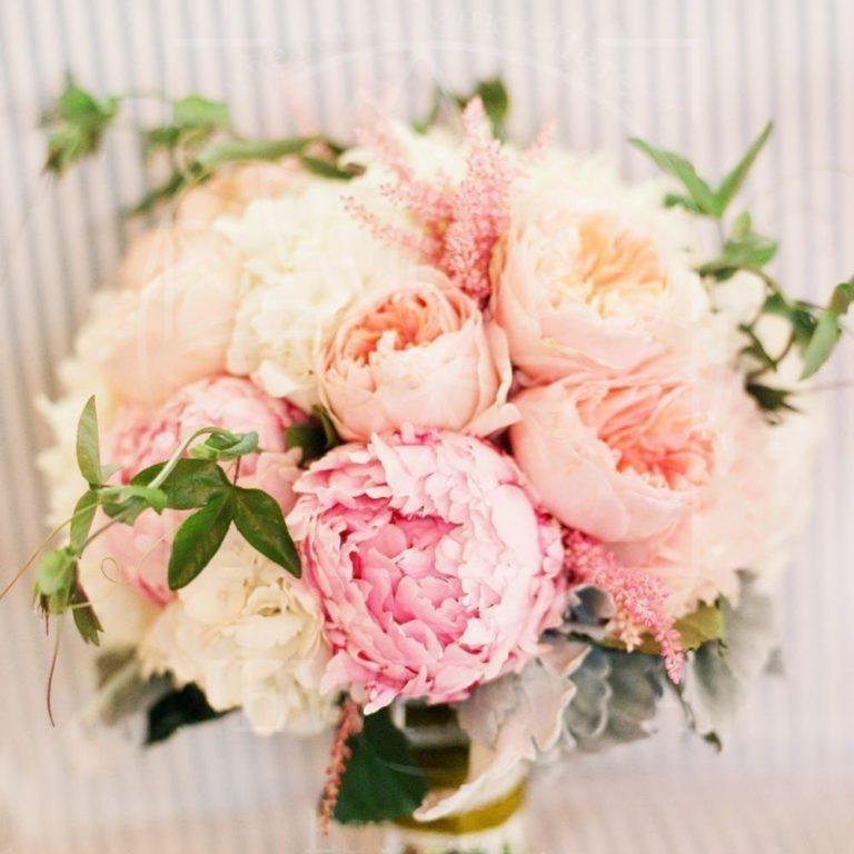 zakaz-svadebnie-buketi-pionovidnih-roz-foto-deshevie-tsvetov-v-moskva-internet-magazin