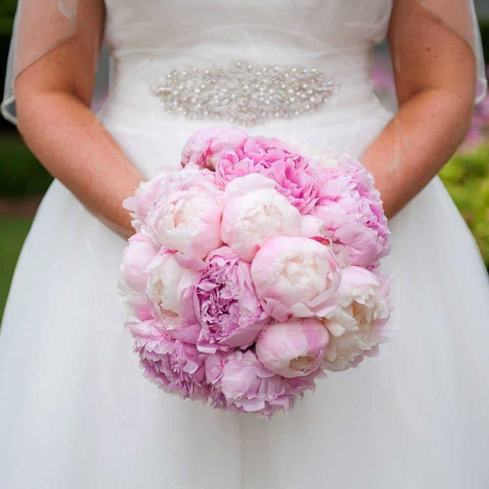 Свадебный букет из 19 пионов белых и розовых