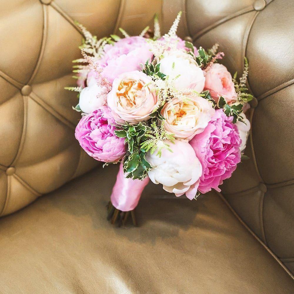 Свадебный букет с пионовидными розами, пионами и зеленью
