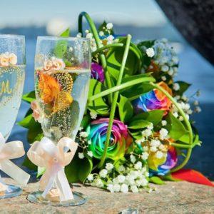 Свадебный букет 9 радужных роз с зеленью