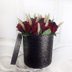 35 красных роз в золотистой шляпной коробке