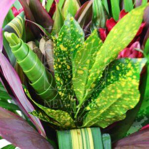 Экзотический букет с тропическими цветами из джунглей