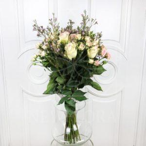 Букет 15 роз с кустовыми розами и зеленью