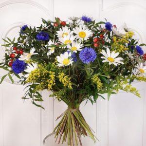 Букет полевых цветов 29 ромашек с васильками и зеленью