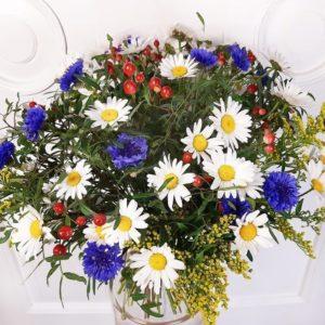 Букет полевых цветов 29 ромашек с васильками и гиперикум