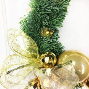 Новогодний венок с золотыми шарами
