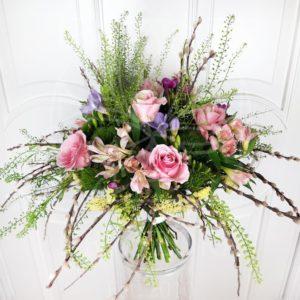 Авторский букет на каркасе с розами, фрезией и вербой