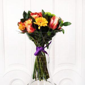 Букет 9 роз с мини герберами и амариллисом