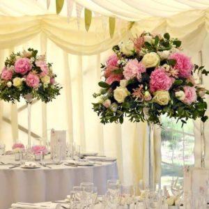 Композиция с пионами, розами и левкое для украшения зала свадьбы