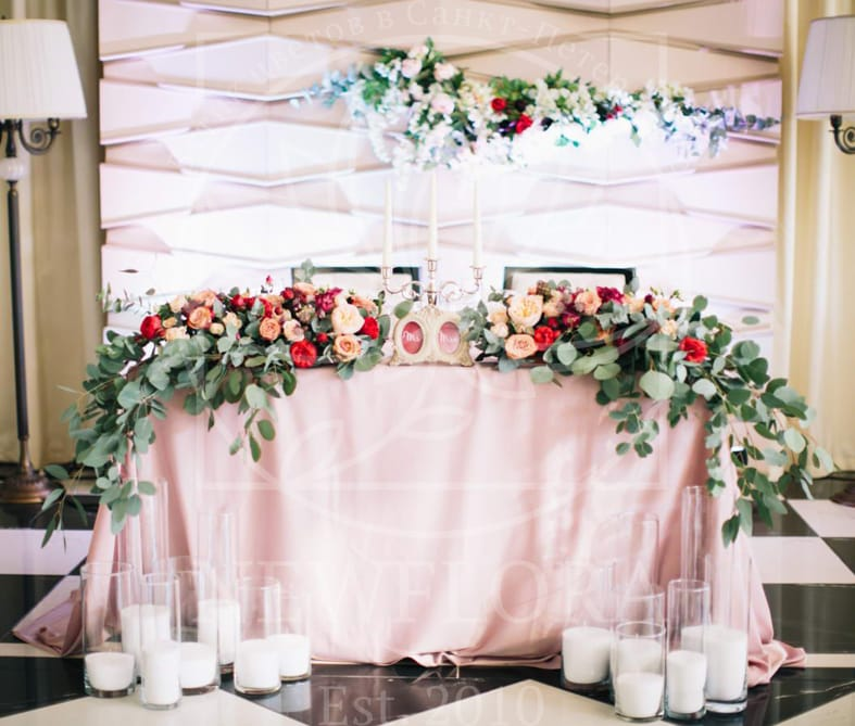 Президиум на свадьбу с пионовидными розами, астранцией, эвкалиптом и декорациями