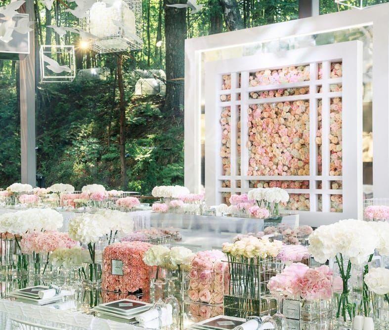 Украшение зала свадьбы с вертикальной фотозоной и цветами в акриле