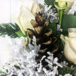Зимний букет 7 белых роз с елкой и шишками