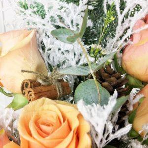 Зимний букет 5 роз с эвкалиптом, нобилис и шишками
