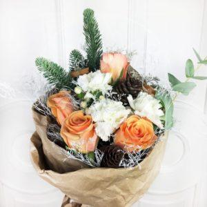 Зимний букет 5 роз с нобилисом и шишками в крафт бумаге