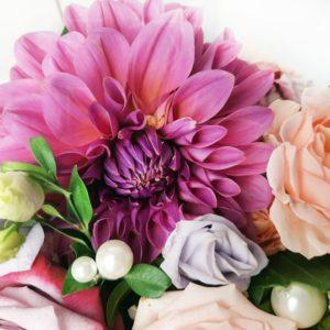 Шляпная коробка с георгинами и розами на 1 сентября