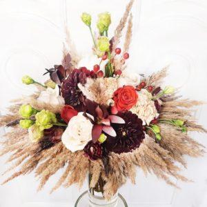 Букет сухоцветов с розами, георгинами и пампасной травой