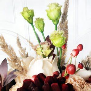 Букет сухоцветов с розами и георгинами