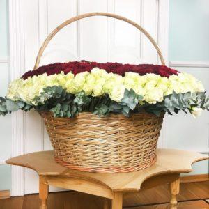 Большая корзина цветов 1001 роза с эвкалиптом 80×80см