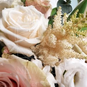 Композиция в вазоне из пионовидных роз, гортензий и зелени