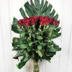 Букет 25 красных роз высотой 100см с гигантской монстерой