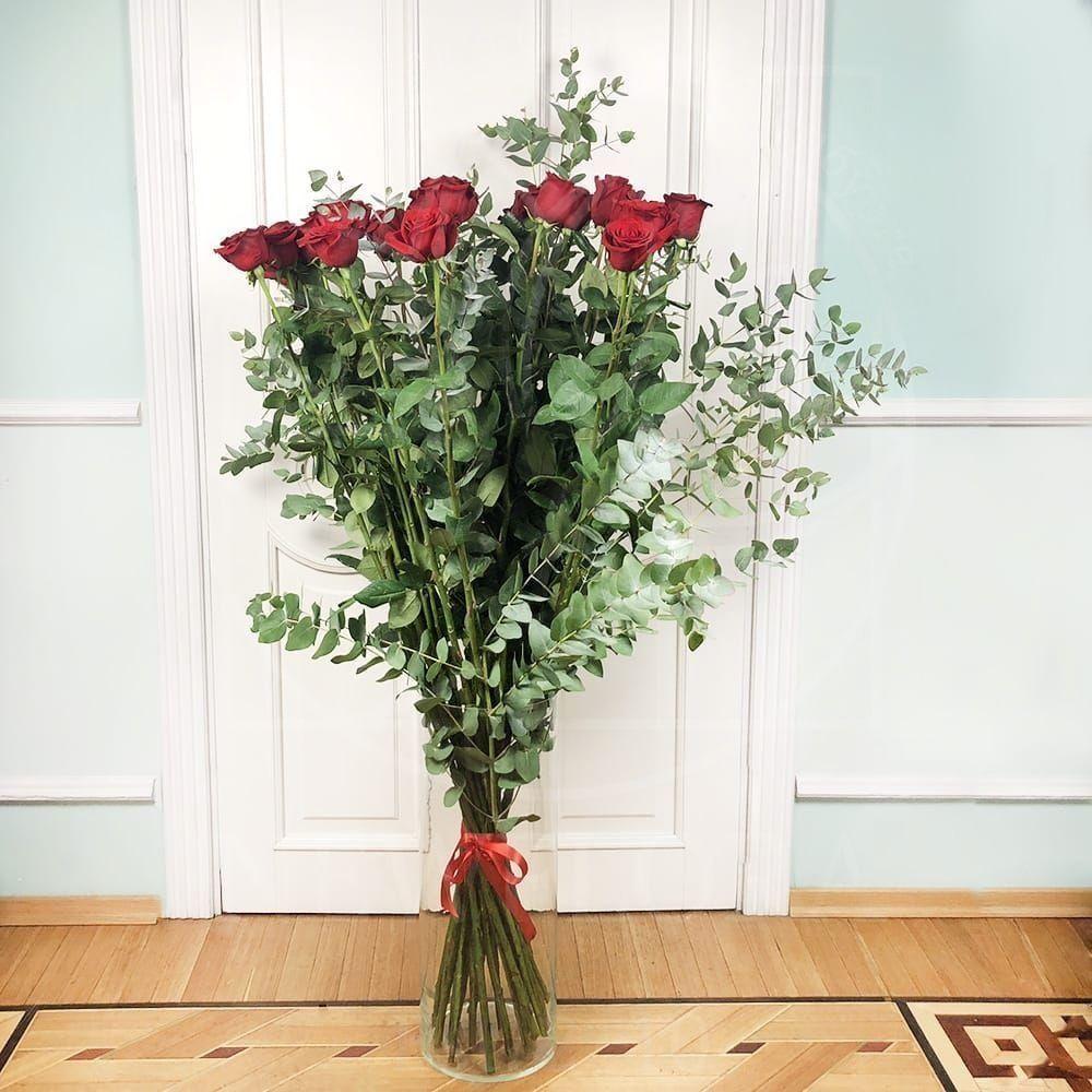 Букет 25 красных роз высотой 150см с гигантским эвкалиптом