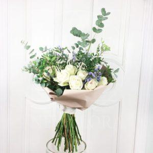 Букет 27 пионовидных ароматных роз с зеленью (White Ohara)