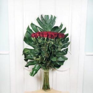 Букет 35 красных роз высотой 100см с гигантской монстерой