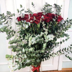 Букет 51 красная роза высотой 150см с гигантским эвкалиптом
