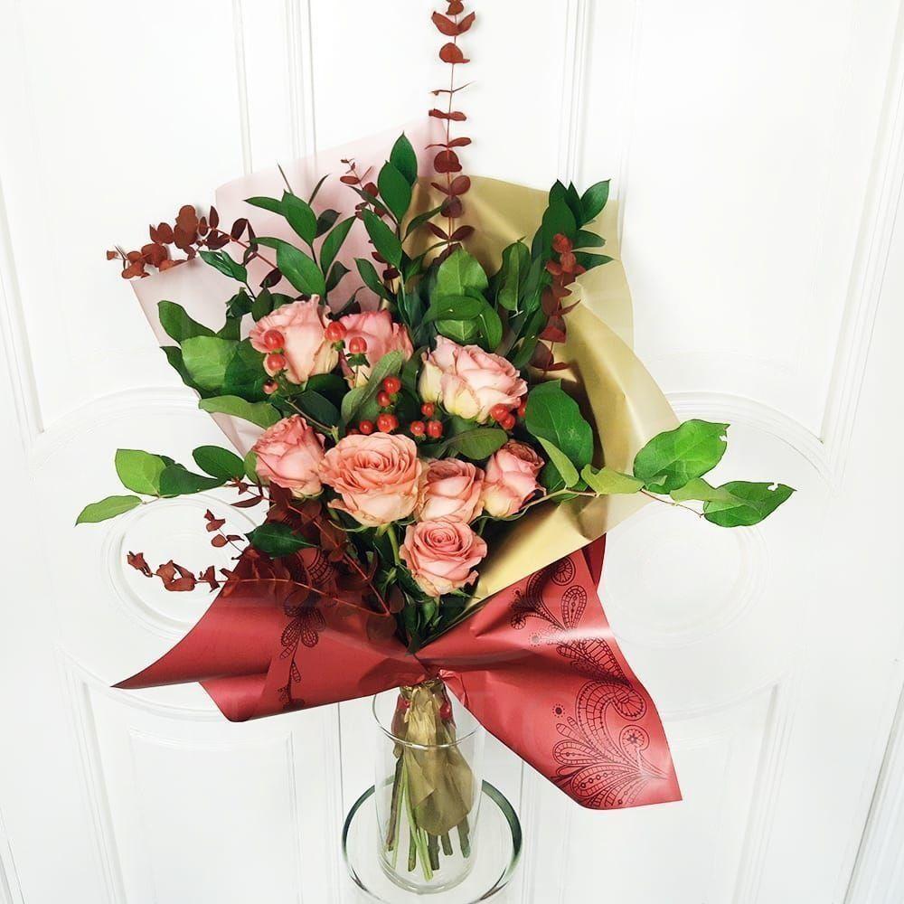 Букет 9 роз с эвкалиптом и зеленью