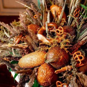 Композиция из хлебобулочных изделий и сухоцветов (заказчик Ginza)