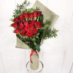 Букет 19 красных роз с фисташкой