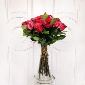 Букет 21 розовая роза с брассикой
