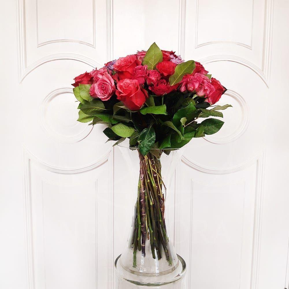 Букет 21 розовая роза с брасикой