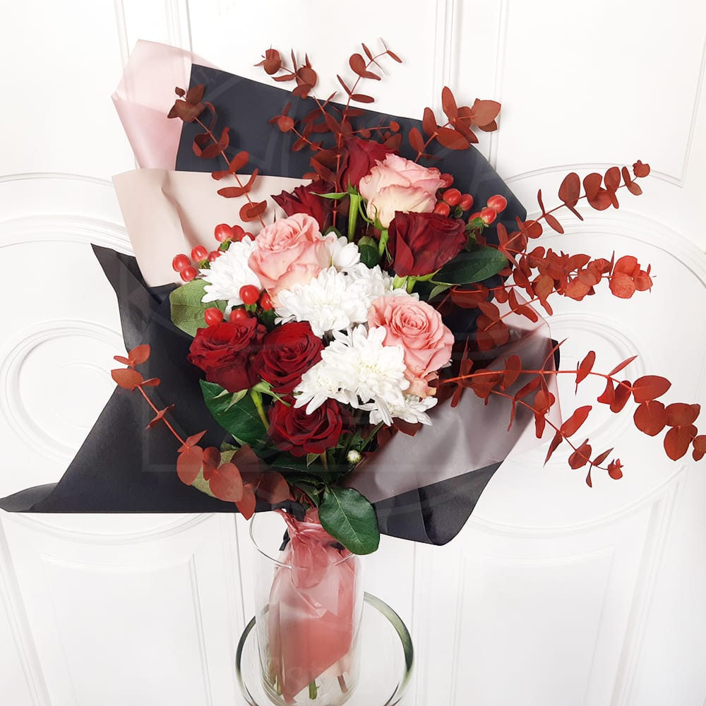 Букет 9 роз с хризантемой и красным эвкалиптом