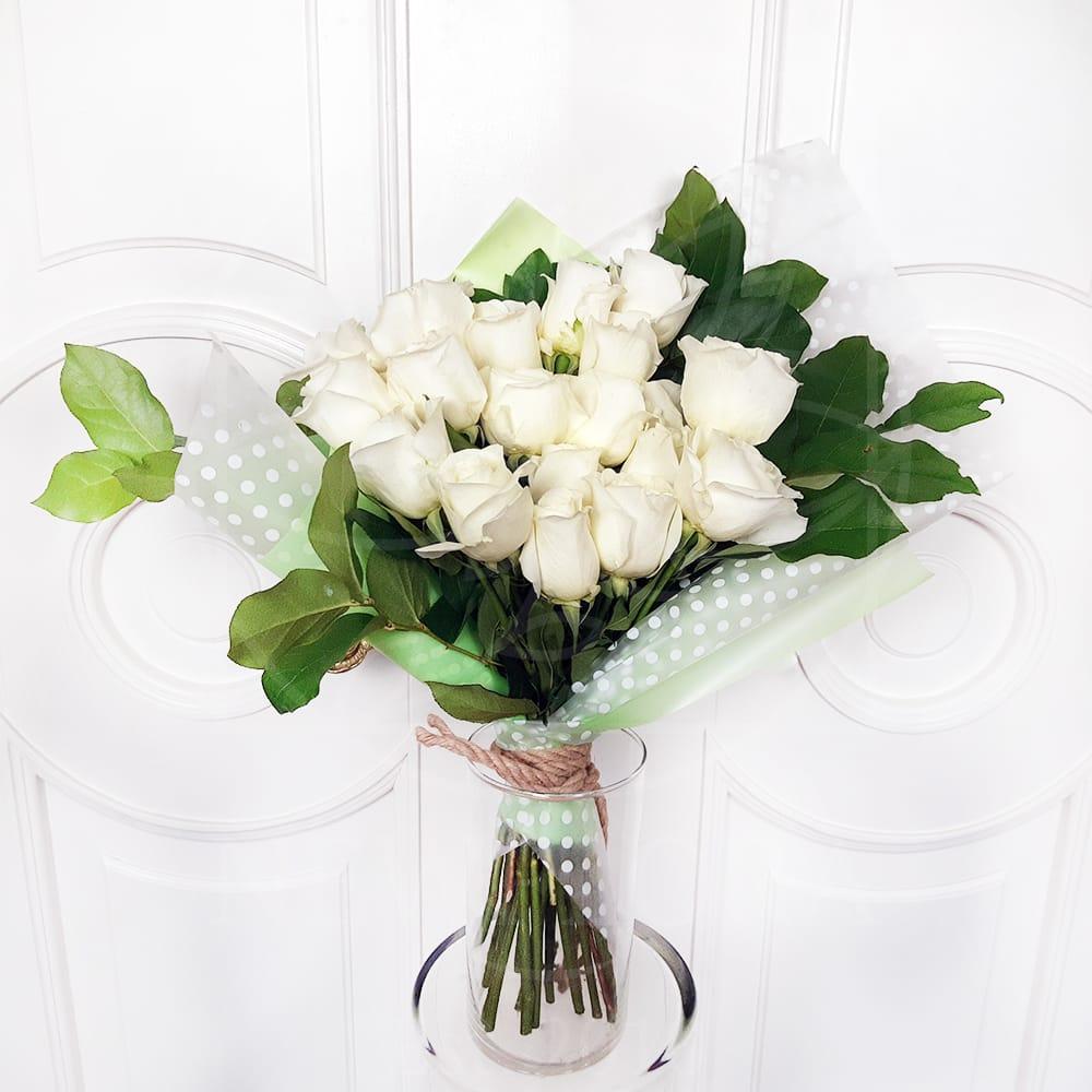 Букет 19 белых роз с зеленью