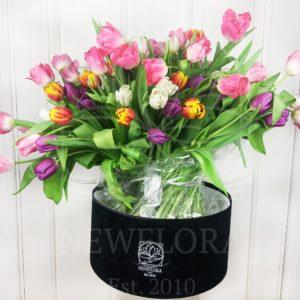 Букет 101 высокий тюльпан с луковицей микс (от 60см) в бархатной шляпной коробке