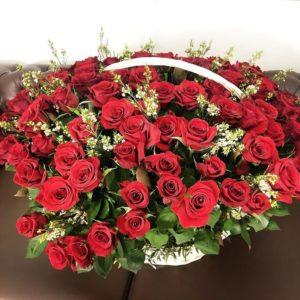 Корзина цветов 121 красная роза с ваксфлауэр (хамелациум)