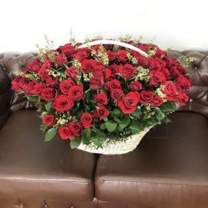 Корзина цветов 121 красная роза с ваксфлауэр