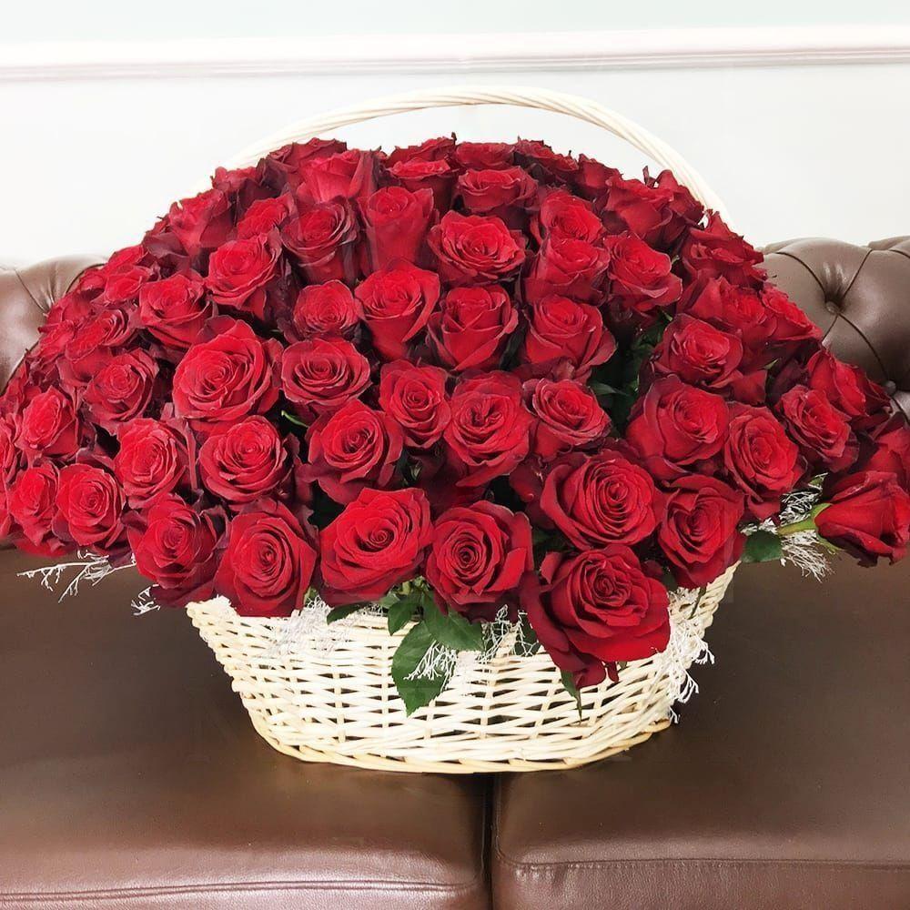 Корзина цветов 151 красная роза с зеленью