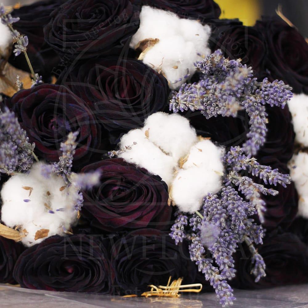 Букет 19 черных роз с лавандой и хлопком
