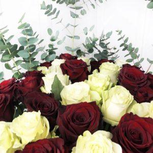 Букет 31 роза 100см микс с эвкалиптом