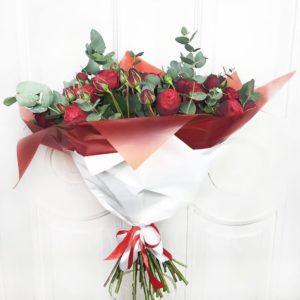 Букет 31 кустовая пионовидная роза с эвкалиптом