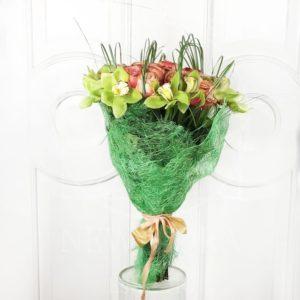Букет 35 пионовидных роз с зелеными орхидеями