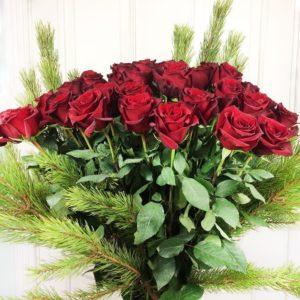 Букет 51 красная роза 100см с лапами сосны