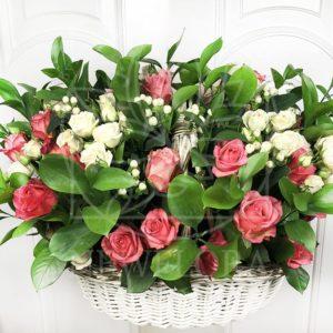Корзина цветов с кустовыми розами и зеленью