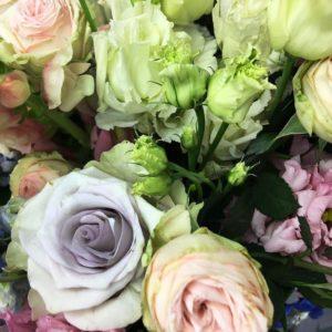 Букет лизиантусов с кустовыми розами, оксипеталум, астранция и дельфиниум