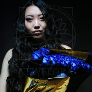 Букет 19 синих роз в золотой упаковке