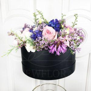 Ароматные пионовидные розы с сиренью в шляпной коробке