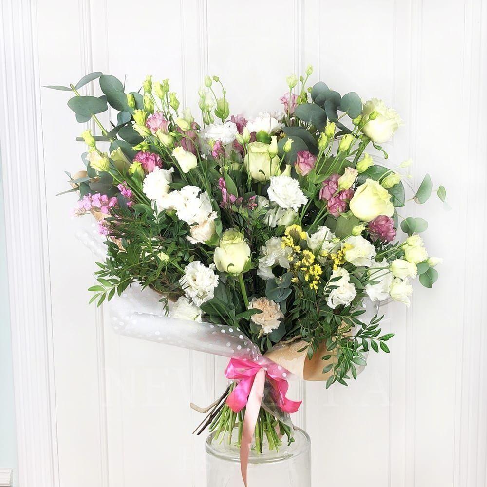 Букет лизиантусов с розами и зеленью