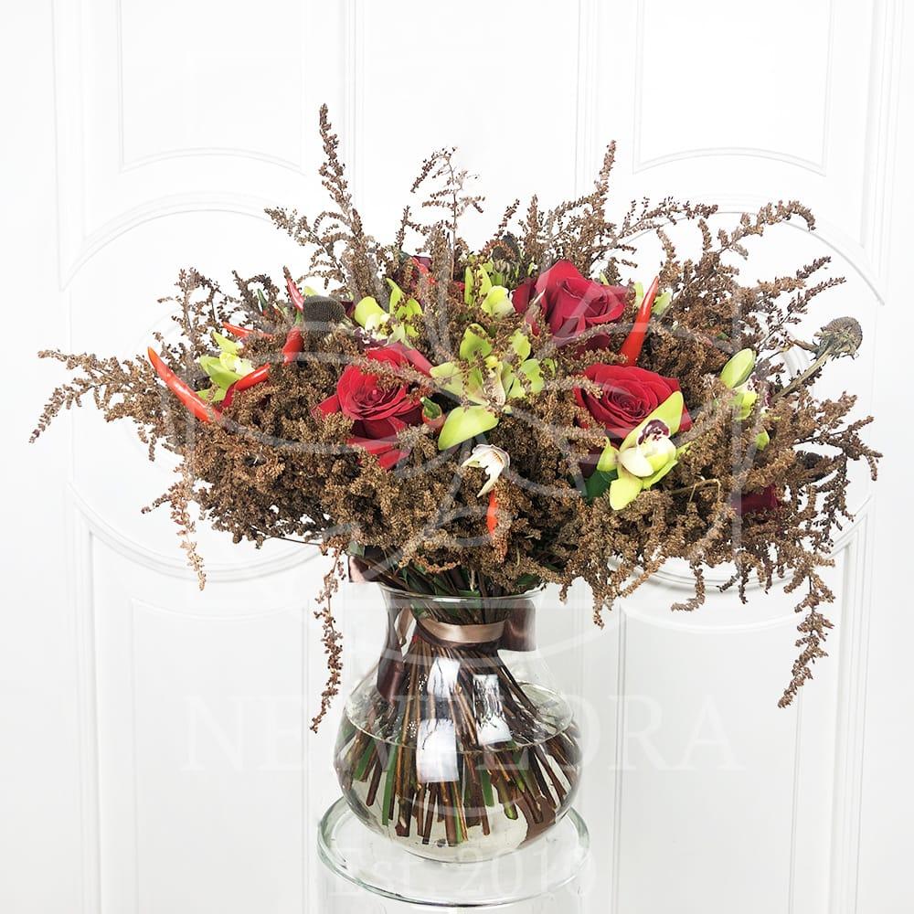 Букет сухоцветов астильба с орхидеями, розами и перцем